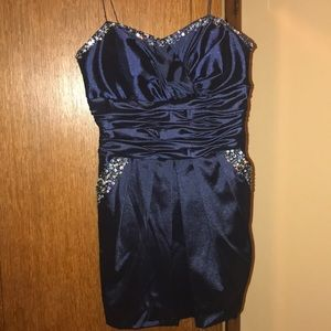 Short navy blue dress with sequence accent